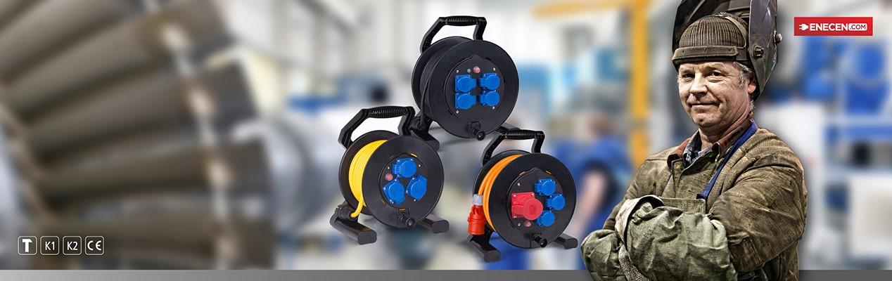 Kabeltrommeln, mit stabiler, korrosionsbeständiger und wetterfester|br| Kunstofftrommel samt Thermoschutzschalter und |br| selbstschließenden Federklappdeckeln.|btn|zu den Kabeltrommeln